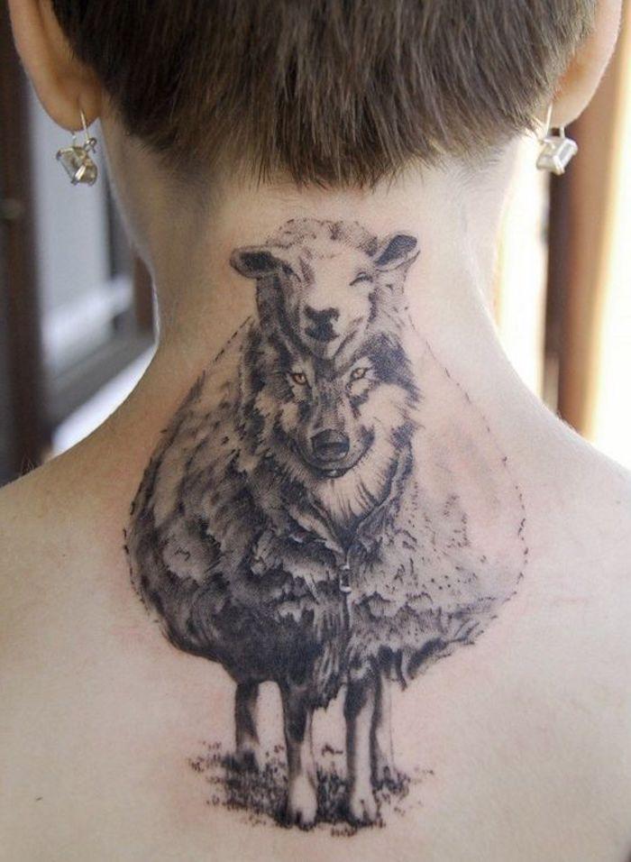 ein Wolf, der sich als ein Schaf vor den anderen zeigt