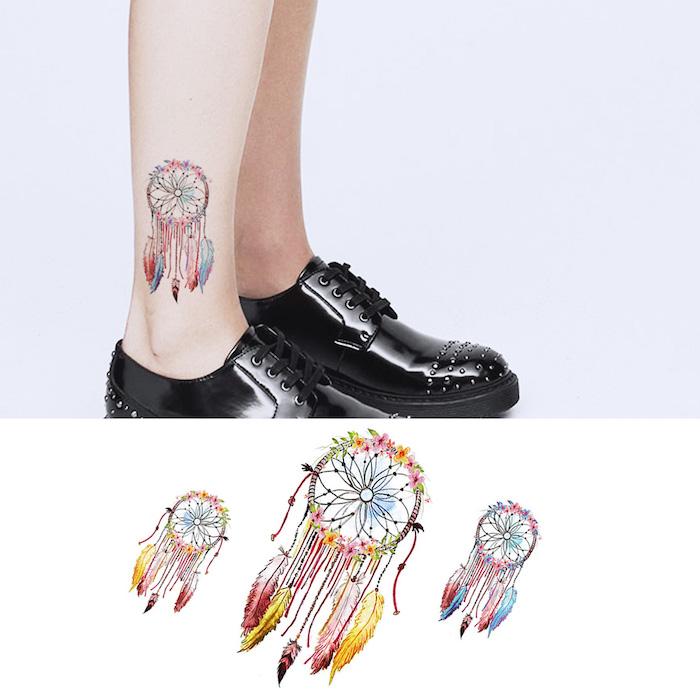 Farbiges Traumfänger Tattoo am Knöchel, mit vielen bunten Federn, Tattoo Ideen für Frauen