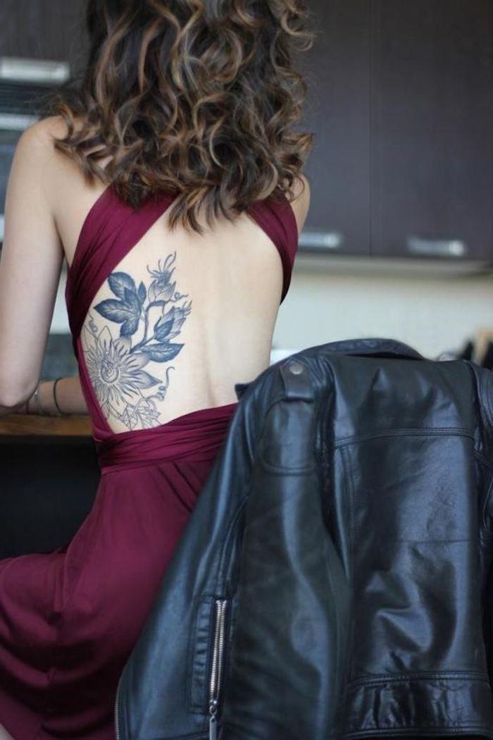 tattoo vorschläge, dame mitlockigen braunen haaren und rotem kleid