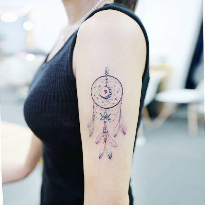 Traumfänger Tattoo am Schulter, Halbmond und kleines Herz in der Mitte, Dreamcatcher Tattoos für Frauen