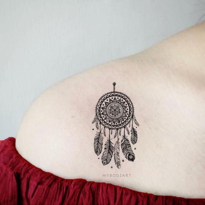 Mandala Traumfänger Tattoo am Schulter, Dreamcatcher mit vielen Federn, rotes schulterfreies Top