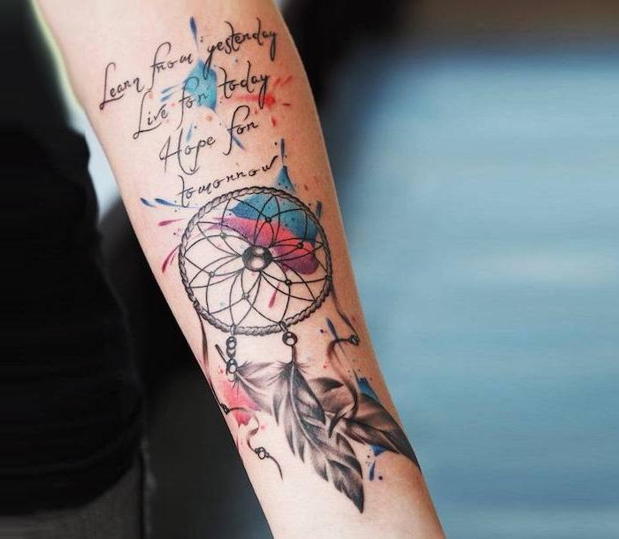 Watercolor Tattoo am Unterarm, Traumfänger mit drei Federn, Tattoo Spruch, blau und rot