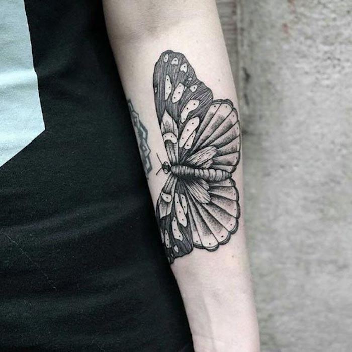tattoos mit bedeutung für frauen, schmetterling in schwarz und grau