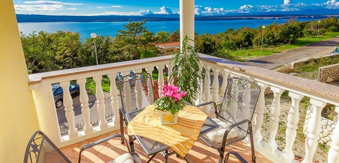 Terrasse mit schöner Aussicht, Alpenveilchen mit rosa Blüten auf dem Tisch