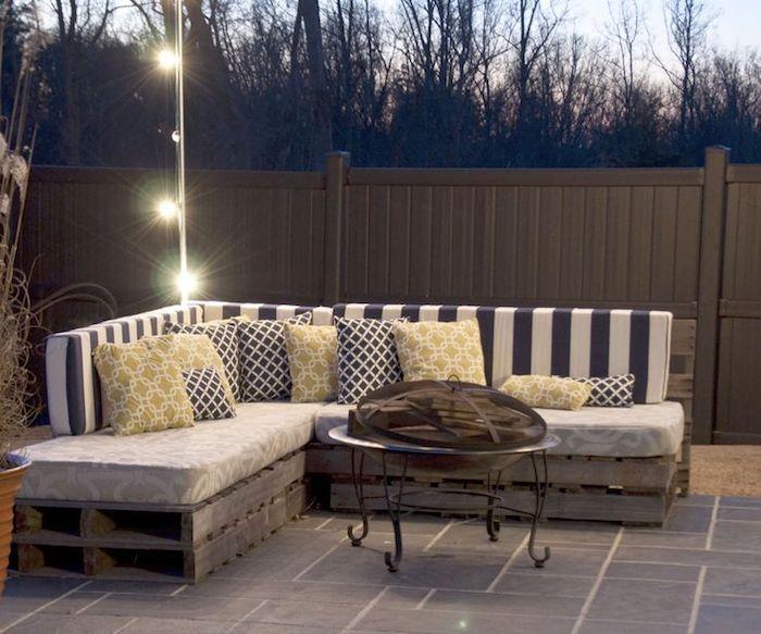 jetzt zeigen wir ihnen einen tisch und sofa mit gelben kissen - tolle idee für selbstgebaute möbel aus europaletten für den außenbereich