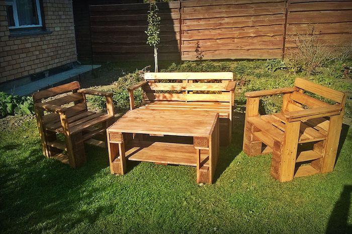 stühle, sofa und ein kleiner tisch für den garden - eine idee für schön aussehende palettenmöbel für den außenbereich