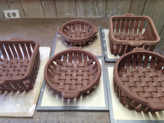Körbe aus braunem Ton ohne Brennen, Korb mit zwei Henkeln, Korb flechten
