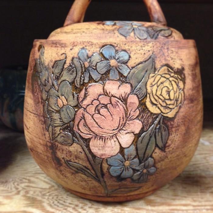 Töpfern für Anfänger: Behälter für Flüssigkeiten mit Deckel aus Ton, Blumenmalerei