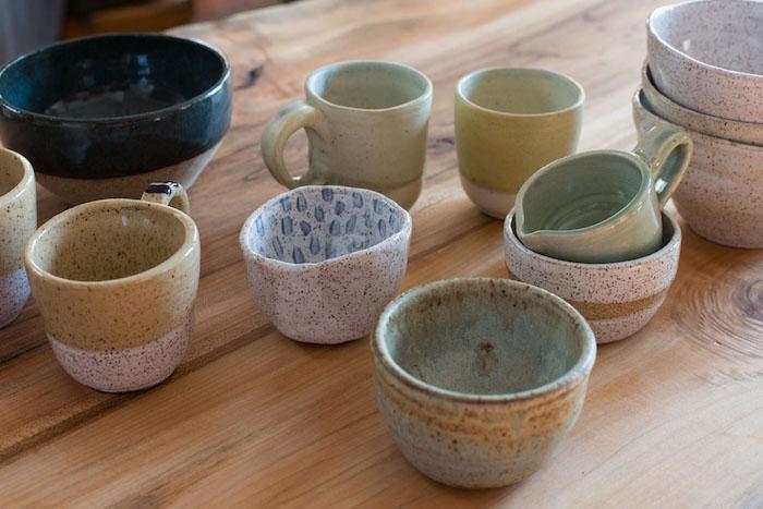 Keramiktassen für Tee und Kaffee, Keraamik bemalen, Keramik brennen, Holztisch