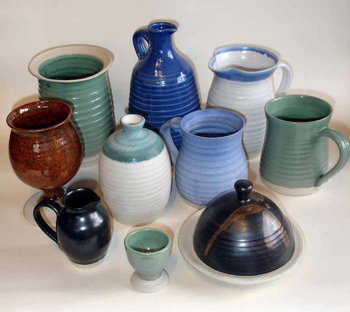 kleine Keramikgefäße, Keramikkannen in hell- und dunkelblau, grün, weiß, rot-braun und schwarz