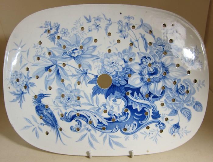 ein ovales Teller aus weißen Keramik mit abstrakten Malereien in blau