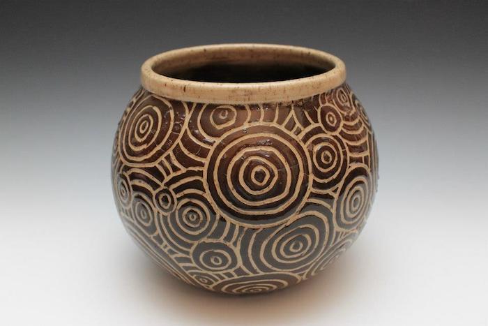 ein uraltes Gefäß mit ovaler Form, Gravur auf Ton, Kreise und Spiralen