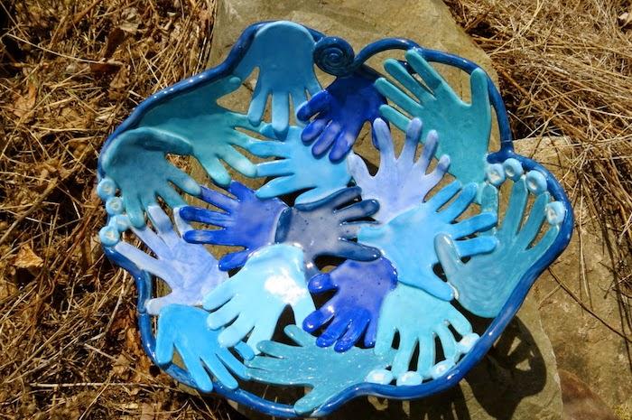 Beschäftigung für Kinder, dekorative Schüssel in blauer Farbe, Form - Kinderhand