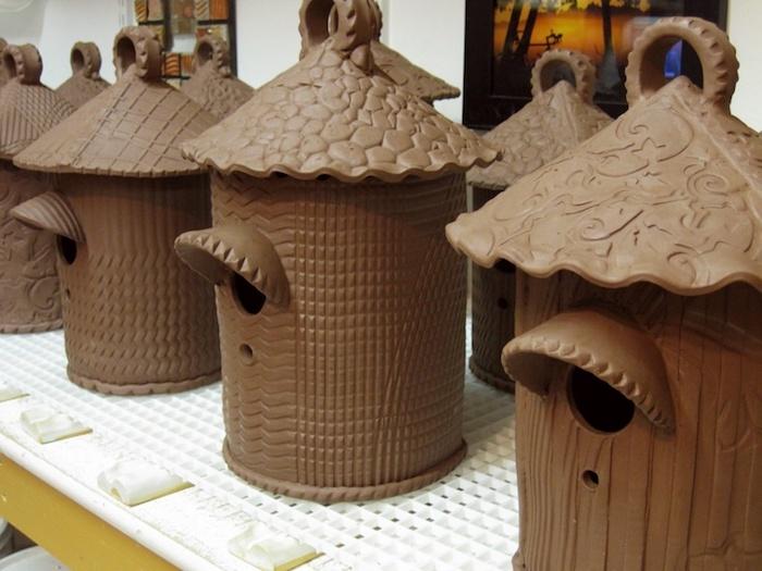 unterschiedliche Modelle von Nesthäuschen aus Ton, graviert, selbstgemacht