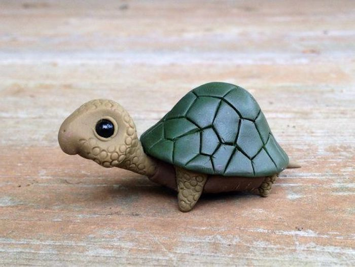 kleine Schildkröte aus Ton, DIY-Keramikfiguren, Holztisch aus altem Holz