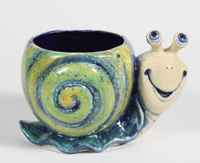 ein süßes Modell von Kaffeetasse in der Form einer Schnecke, lackiert, Lächeln