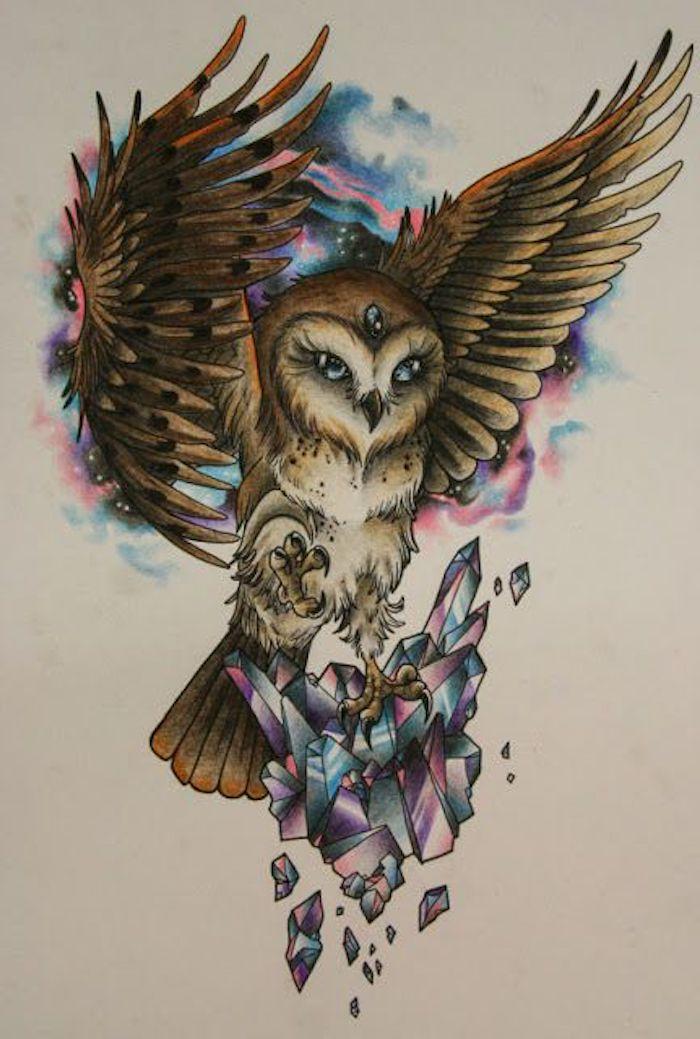 idee für einen eulen tattoo mit einer fliegenden eule mit drei blauen augen
