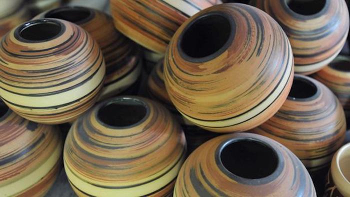 Flüßigkeitsgefäße aus Ton in runder Form, Ton bemalen, Töpferarbeiten