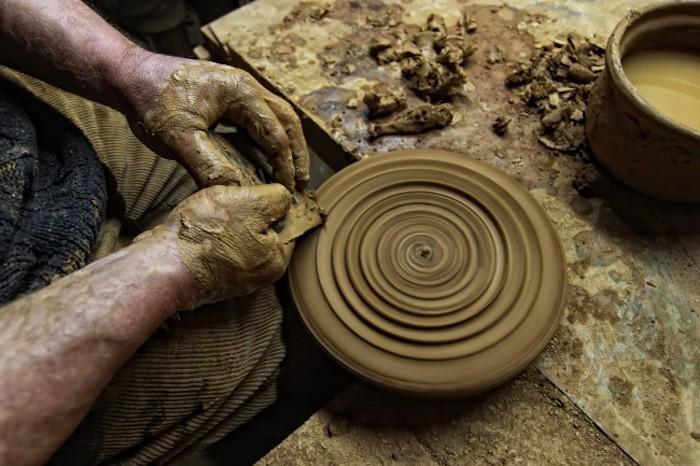 Töpfern an der Drehscheibe, Teller gestalten, Gestaltwerkzeuge für Ton