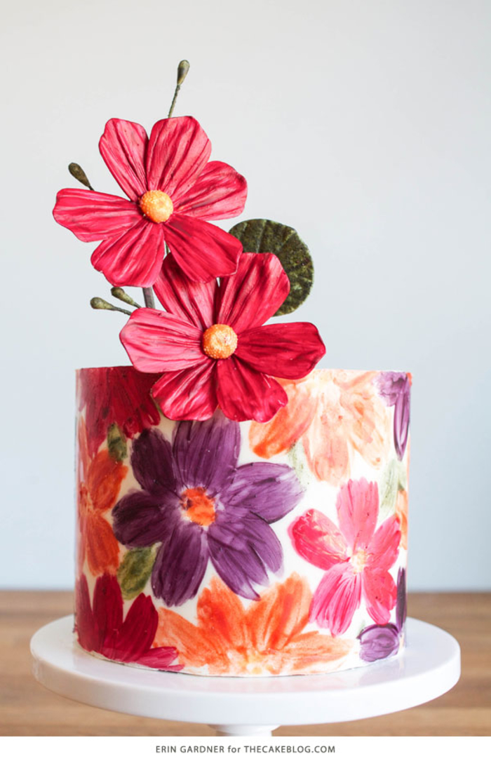 Geburtstagstorte selber machen, mit dekorativen Blumen verzieren, ein echtes Kunstwerk