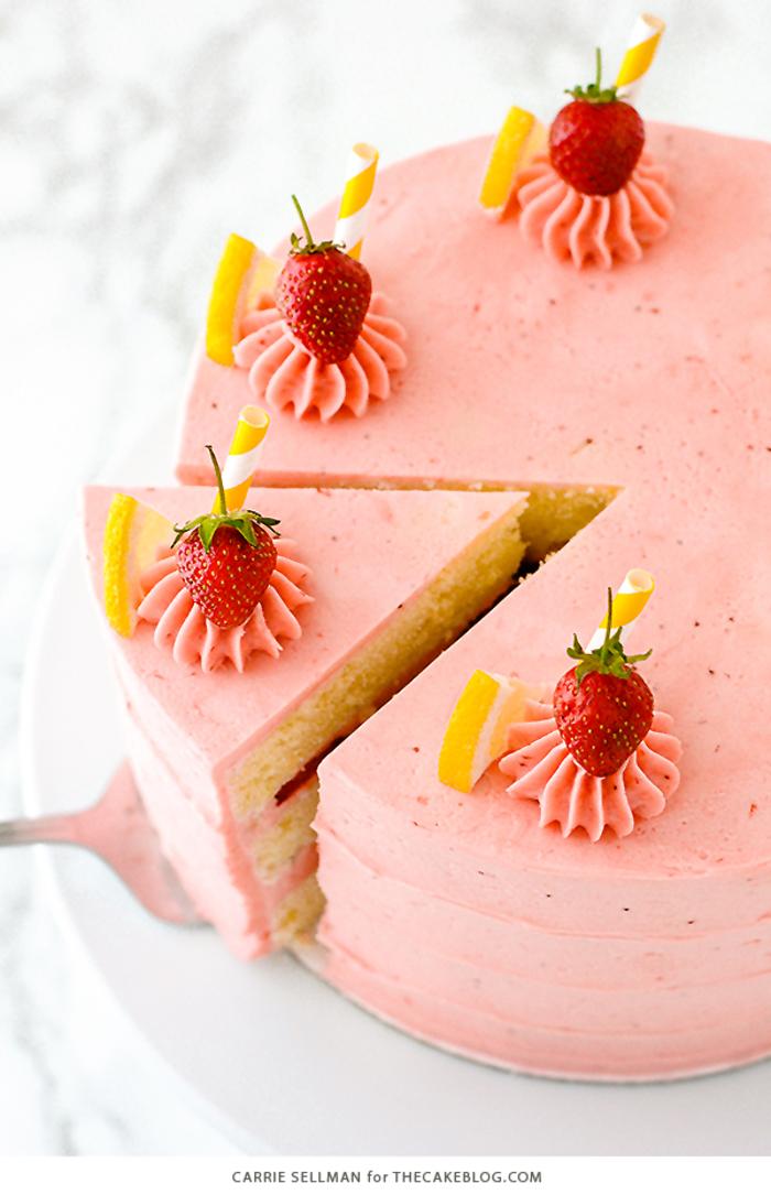Geburtstagsparty im Sommer, eine Torte mit Erdbeeren und Zitrone zubereiten, wundervolle Ideen