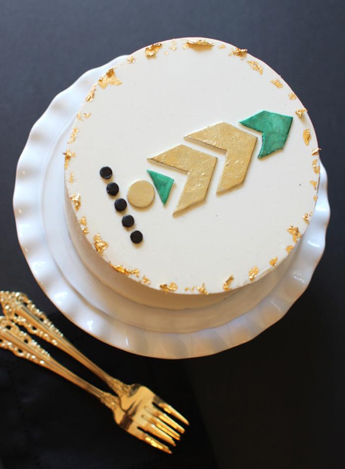 geburtstag torte dekoriert mit weißem fondant und gometrischen figuren