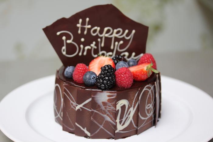 geburtstag torte mit schokolade, erdbeeren und himbeeren