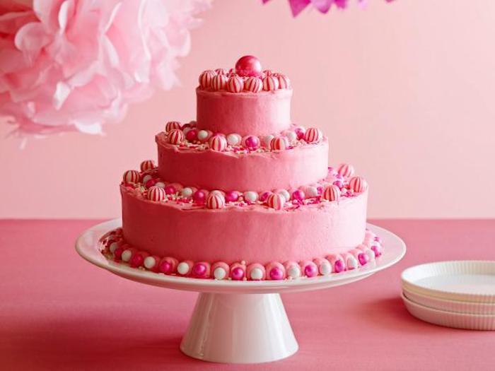 geburtstag torte in rosa mit buttercreme und zuckerperlen