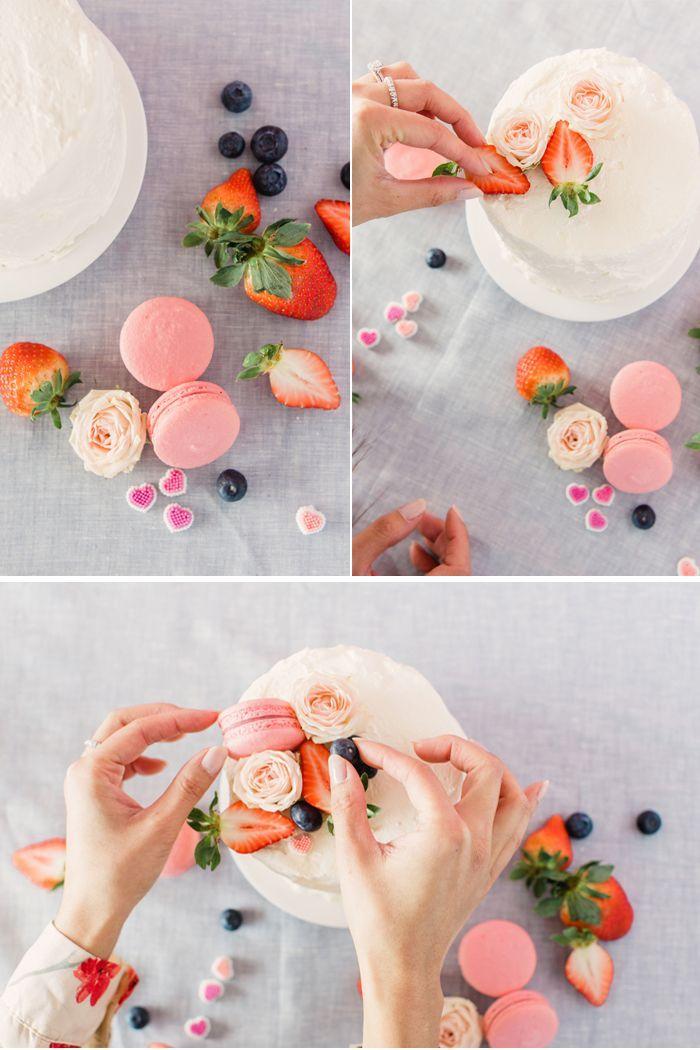 geburtstag torte mit blumen, erdbeeren und keksen dekorieren