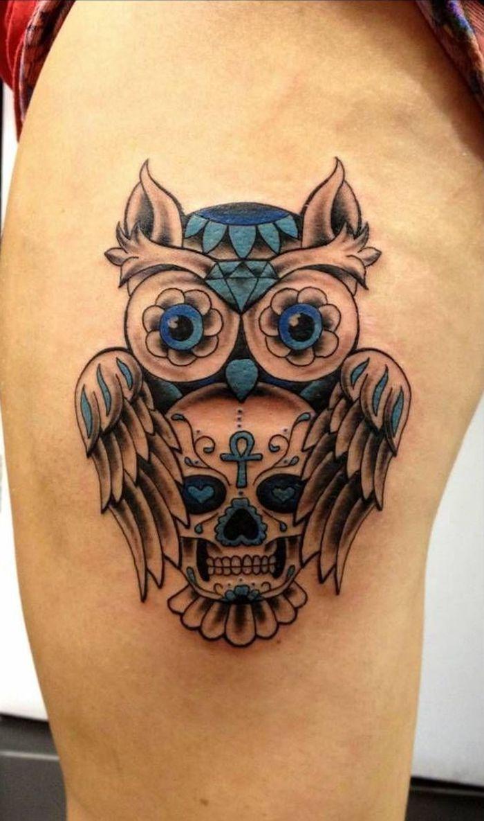 eine idee für einen owl tattoo mit totenkopf und einem kleinen uhu mit blauen augen