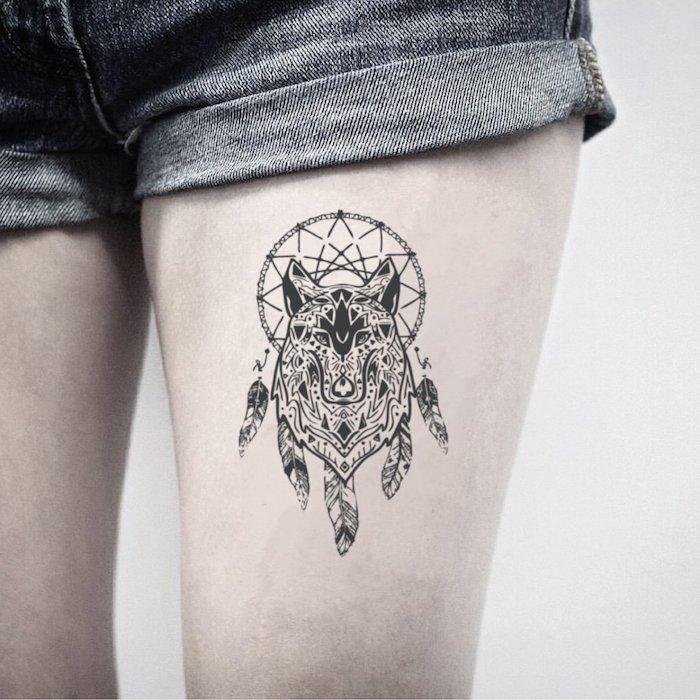 Traumfänger Tattoo mit Wolf am Oberschenkel, Bein Tattoos für Frauen, Dreamcatcher Tattoo Ideen