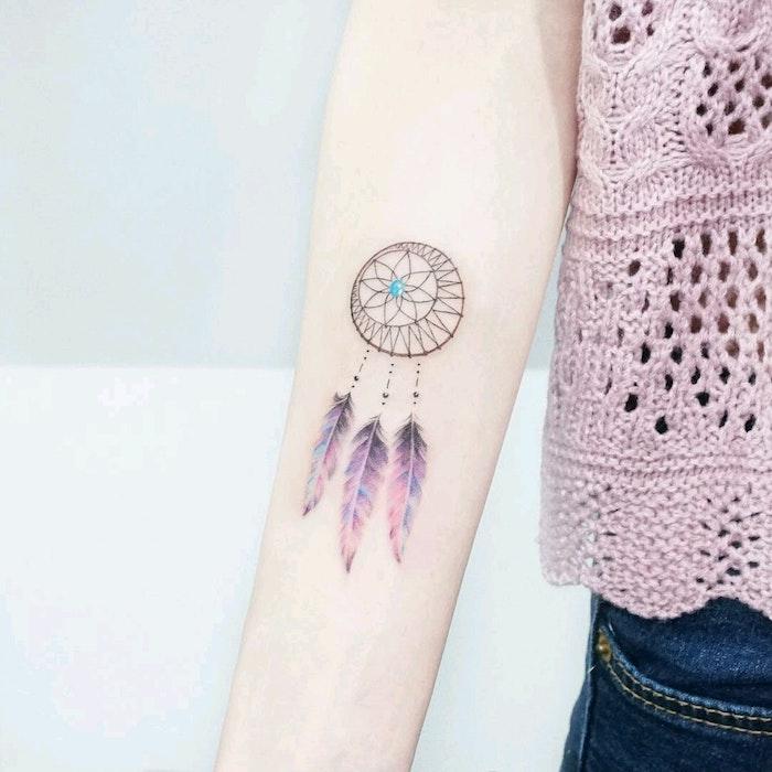 Traumfänger Tattoo mit drei Federn in lila Nuancen, blauer Stein, Tattoo Ideen für Frauen