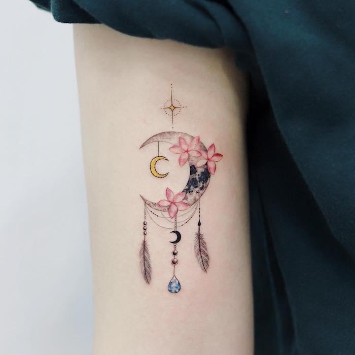 Dreamcatcher Tattoo, Halbmond mit Lotus Blumen, Federn und Edelsteinen, Oberarm Tattoo