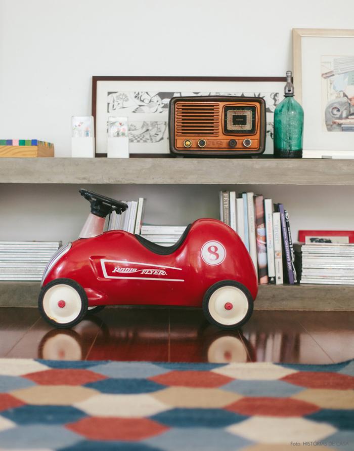 Vintage Deko-Elemente, Retro Radio, Spielzeugauto, Bücher und Magazine