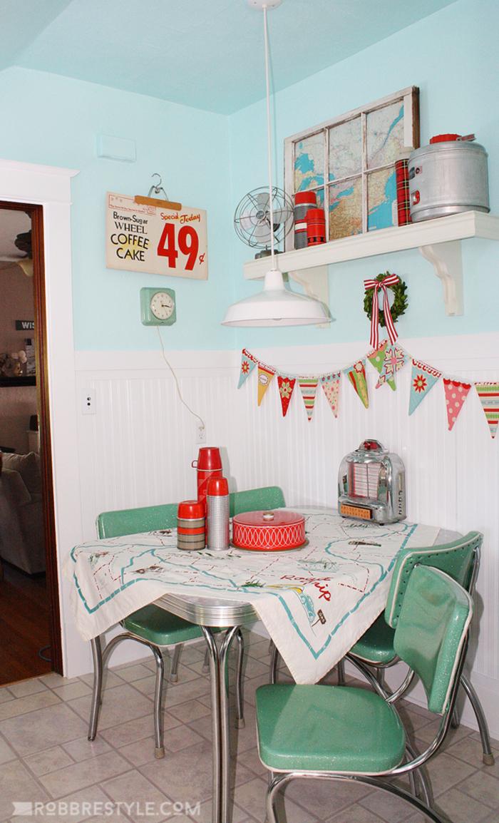 Vintage Küche, Tisch mit vier Stühlen, Thermosflaschen, Weltkarte, Ventilator, Retro Lampe