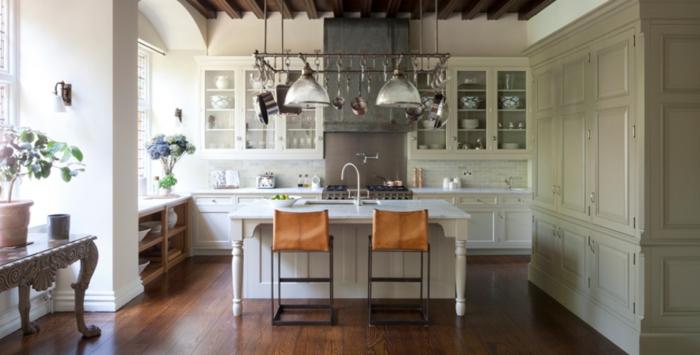 große küche mit insel vintage küchenschränken in grau-weiß