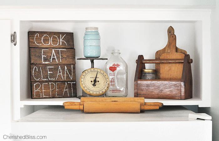 Vintage Küche, tolle Einrichtungsideen, Hackbrett, Nudelholz, Waage, Glas, Retro Look