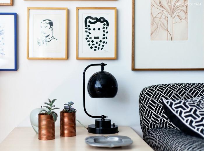 Vintage Nachttischlampe in Schwarz, Dosen als Blumentöpfe, Aschenbecher, Bilder an der Wand