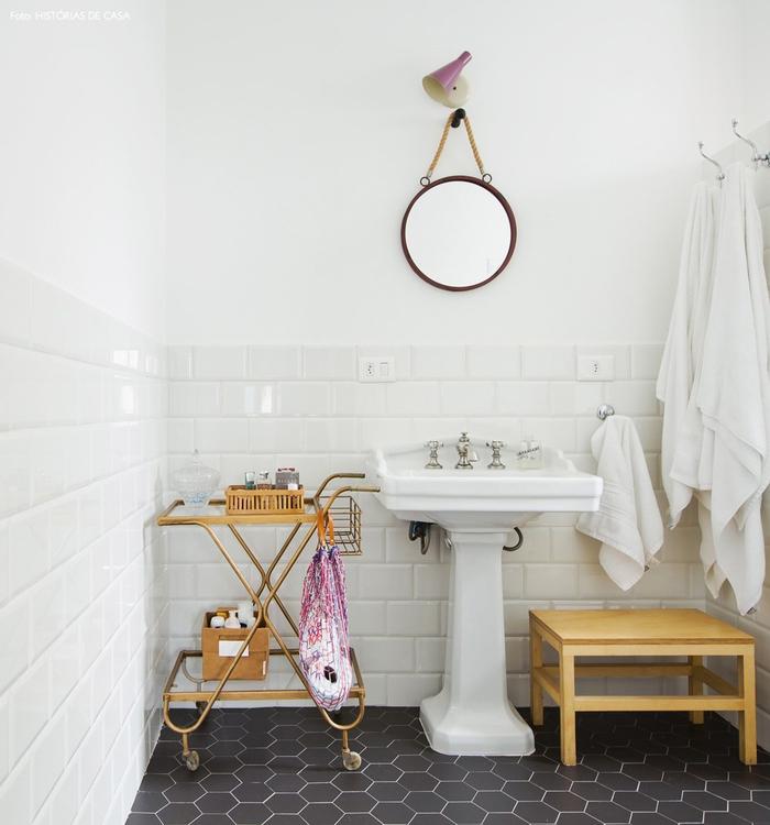 Vintage Badezimmer, Holzmöbel, Retro Spiegel, schwarze und weiße Fliesen