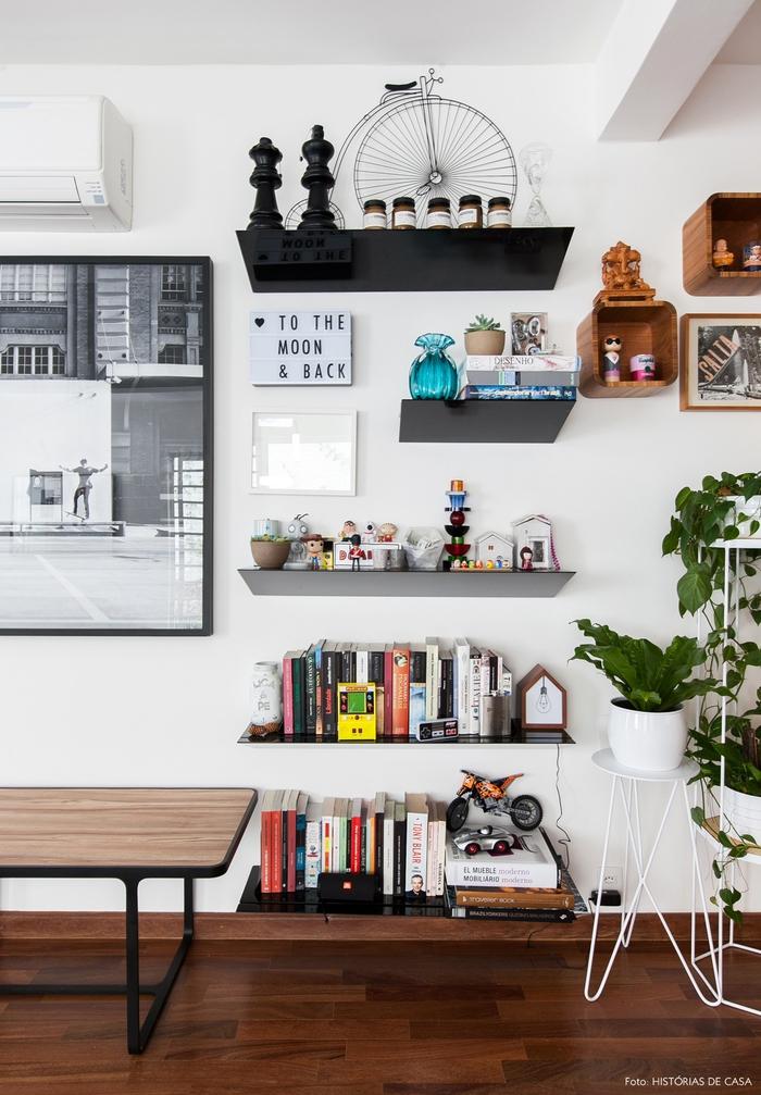 Vintage-Möbel, Einrichtungsideen fürs Wohnzimmer, Holzregale, viele Bücher und Souvenire
