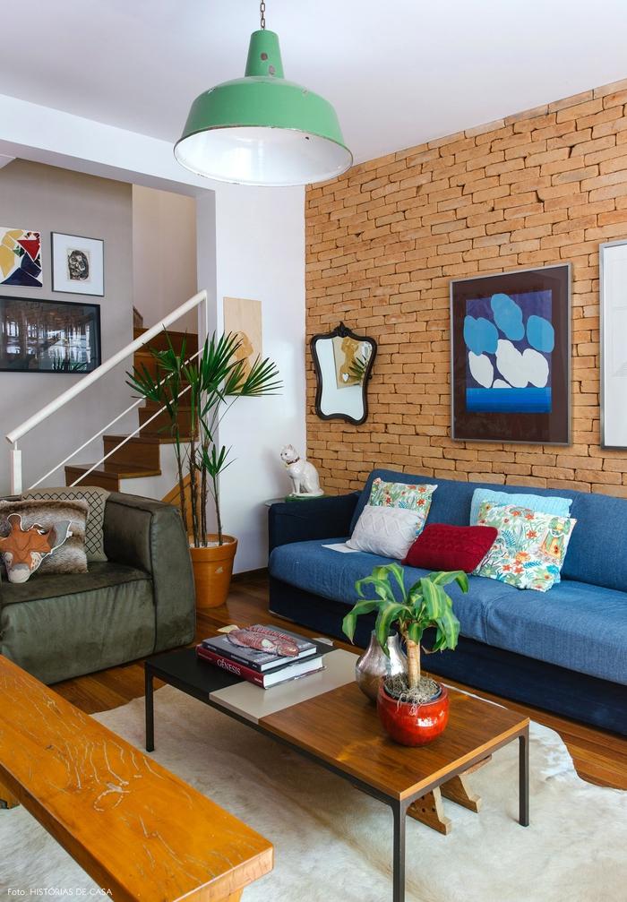 Einrichtungsideen im Vintage Stil, Wohnzimmer, blaues Sofa mit Deko Kissen, Zimmerpflanzen, Holzbank und Tisch