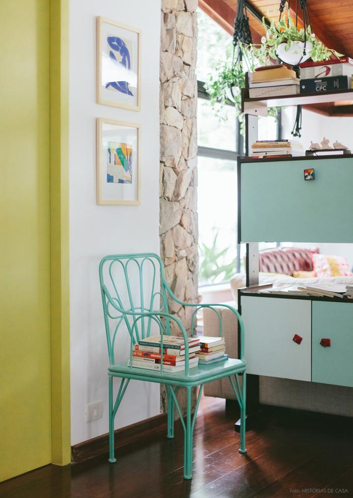 Vintage Einrichtungsideen, blauer Holzstuhl, Bilder an der Wand, Zimmerpflanzen, blaue Schränke