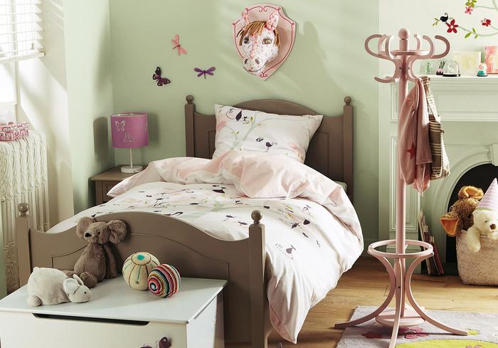 Vintage Schlafzimmer in Hellgrün, Retro Kleiderständer und Bett, Plüschtiere