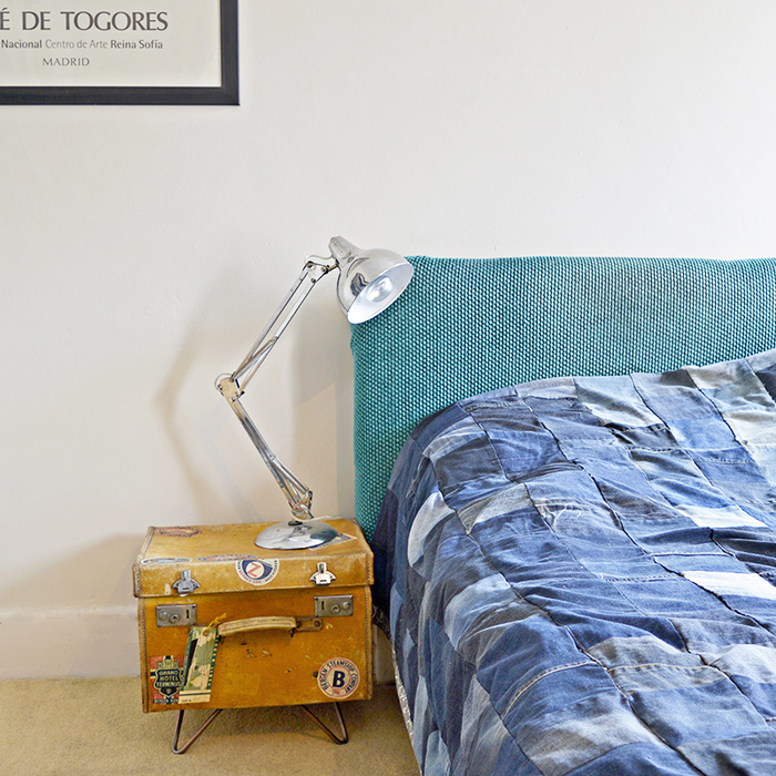 Vintage Einrichtungsideen, Nachttisch-Koffer, Nachttischlampe, blaues Bett