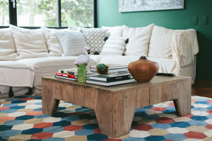 Vintage Wohnzimmer, Holztisch, weißes Sofa mit vielen Deko Kissen, Bücher und Deko Artikel