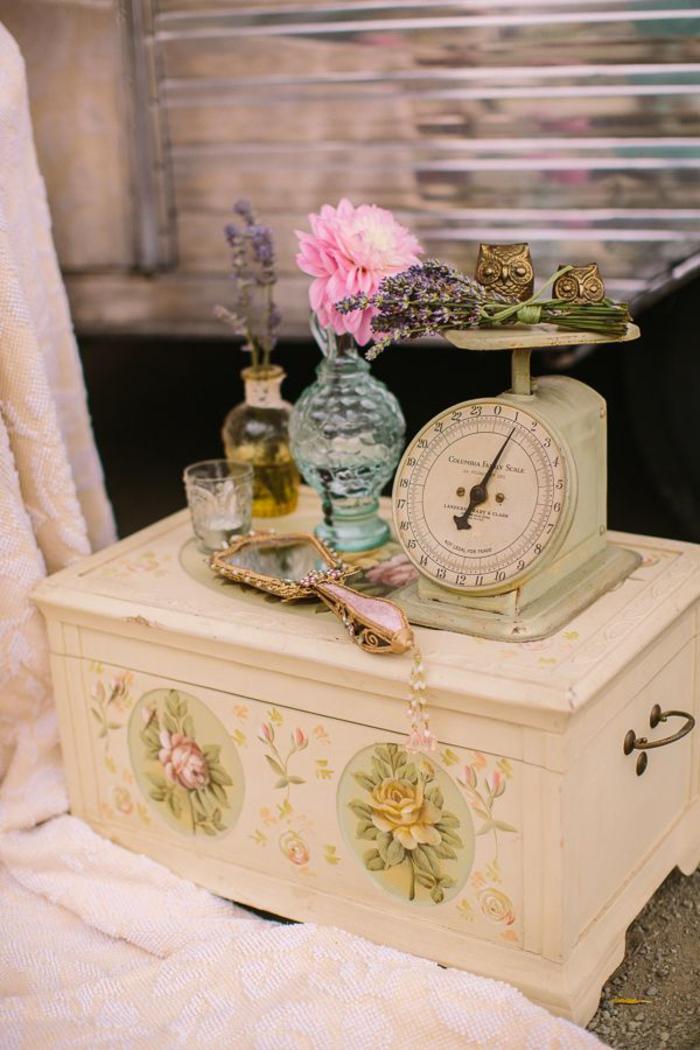 Vintage-Möbel, Schublade mit Rosen dekoriert, Glasvasen, Waage, Uhus und Spiegel
