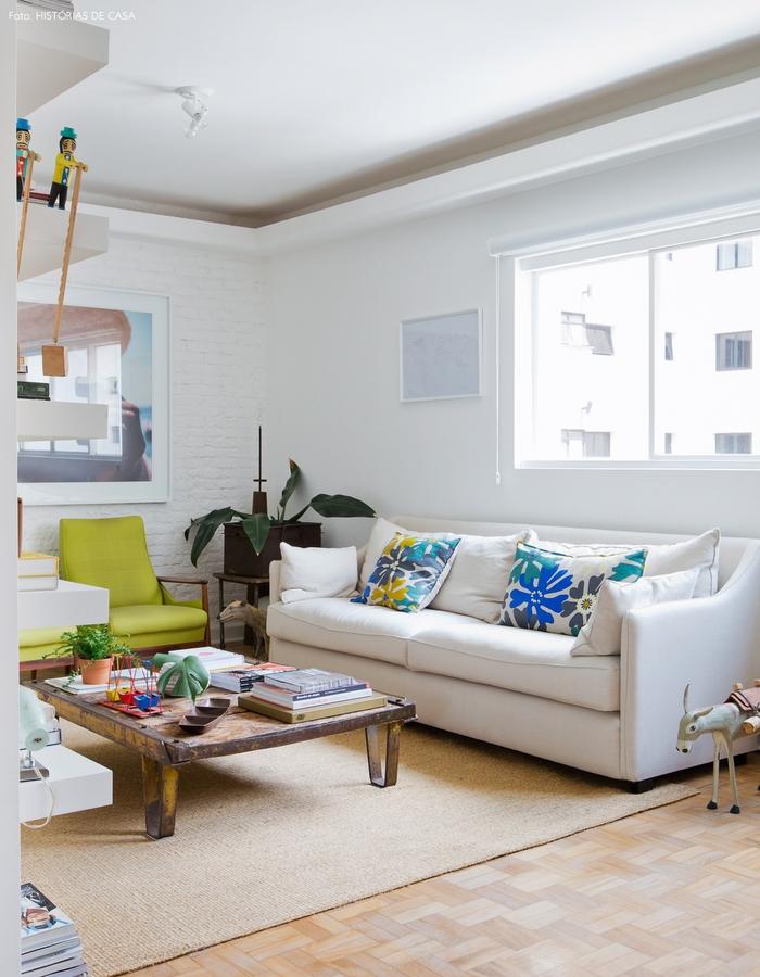 Vintage Wohnzimmer, weißes Sofa, bunte Deko Kissen, kleiner Tisch, Zimmerpflanzen