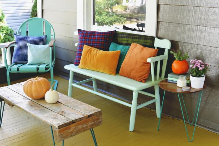 Vintage-Möbel, Bank, Stuhl und Tisch aus Holz, Kürbisse,tolle Ideen für nostalgischen Look