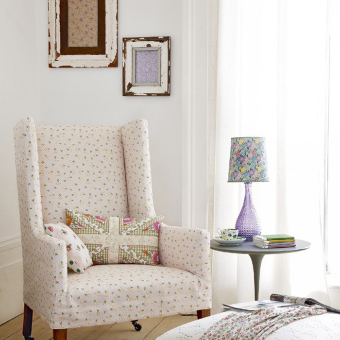 Vintage Wohnzimmer, weißer Sessel und Deko Kissen, lila Nachttischlampe, Tasse, Blumenmuster
