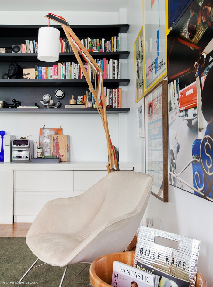 Vintage Wohnzimmer, viele Einrichtungsideen, weißer Sessel, Regale, viele Bücher, extravagante Stehlampe